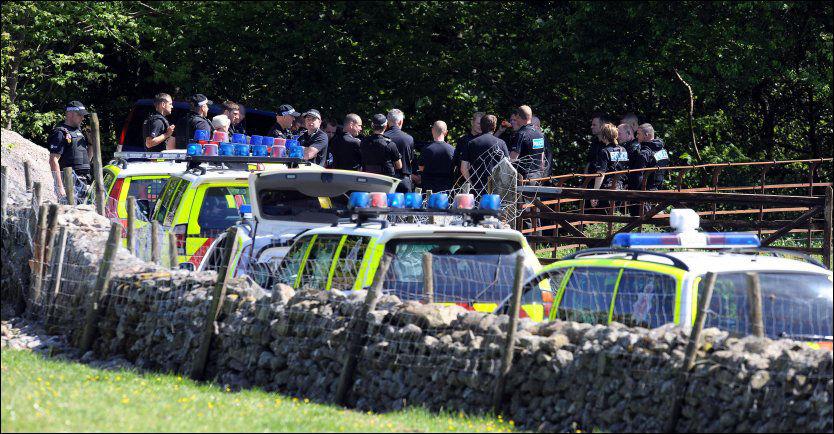 MASSAKRE: Politiet på plass i skogområdet utenfor Cumbria, hvor bilen til våpendesperadoen Derrick Bird (52) ble funnet etter massakren i den engelske byen. Foto: AFP Foto: