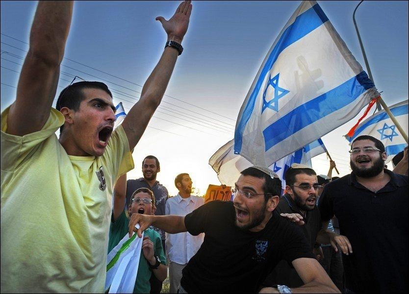 HYLLER SOLDATENE: En gruppe unge menn demonstrer uten forbehold sin støtte for den Israelske hæren. Foto: Helge Mikalsen