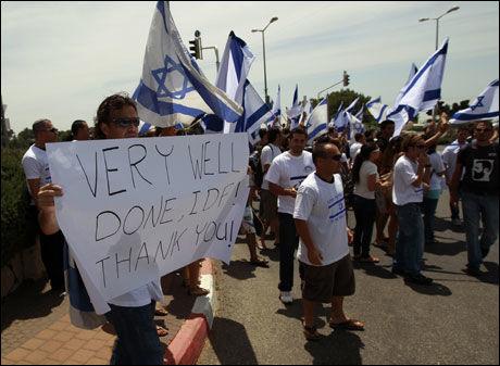 STØTTER SINE EGNE: Sterke nasjonalistiske følelser var i sving i Israel i går. Her viser studenter soldatene sin støtte. Foto: REUTERS