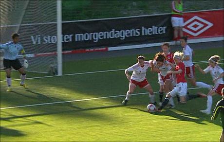 KRANGLET BALLEN I MÅL: Cecilie Pedersen kjempet seg til avslutningen som sørget for norsk jubel mot Canada. Foto: VGTV