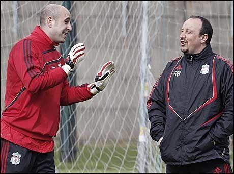 GOD TONE: Jose Reina (t.v.) har vært Rafael Benitez' førstevalg i Liverpool-målet helt siden han ble hentet fra Villareal i 2005. Nå er manageren borte fra Anfield. Foto: Reuters