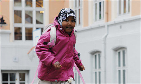 PÅ SKOLEN MED HIJAB: Samsam Abdikarim Farah (5) skal begynne på Tøyen skole til høsten. Hun har brukt hijab siden treårsalderen. Foto: Magnar Kirknes