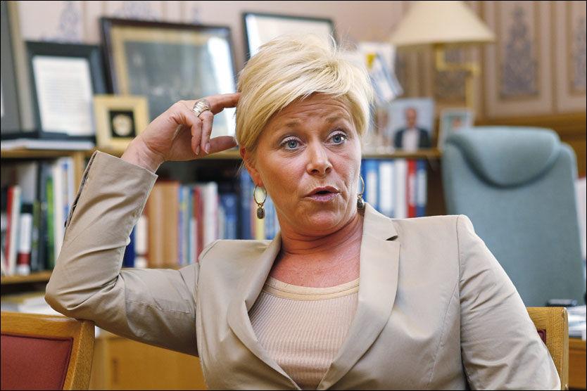 OPPRØRT: Frp-leder Siv Jensen - her på kontoret i april - mener det er farlig å sette pengegrenser for medisinsk behandling av mennesker. Foto: TROND SOLBERG