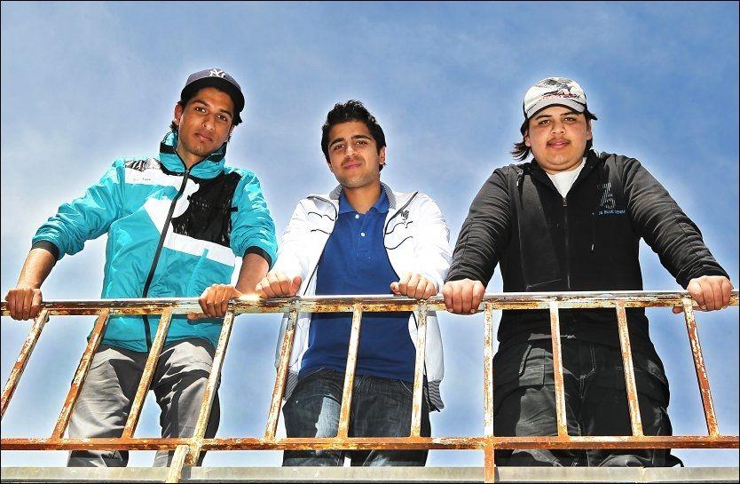 BRYR SEG IKKE: De tre kameratene Kashif Iqbal (19), Asim Tariq (19) og Gullfraz Hussain (19) på Sogn videregående skole i Oslo tror unge pakistanere i Norge er langt mindre opptatt av kaste enn sine foreldre. Foto: Nils Bjåland/ VG