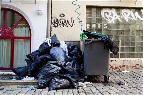 SØPPEL: Streiken fører til overfylte søplekasser flere steder i landet. Foto: Paul S. Amundsen/ VG