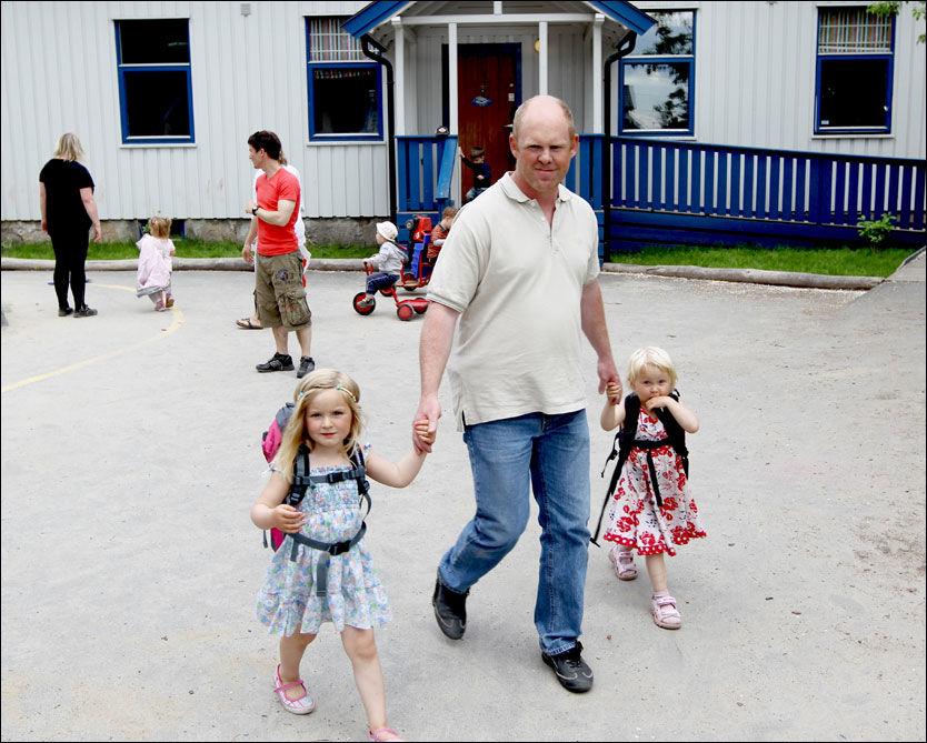 SKADELIDENDE: Forbrukerrådet mener at foreldre som Jostein Stø fra Drammen bør få erstatning når kommunen ikke har klart å levere de tjenestene man har betalt for. Her sammen med Mina Stø (4) og nabojenta Emilie Landbø(3). Foto: ROGER NEUMANN/VG