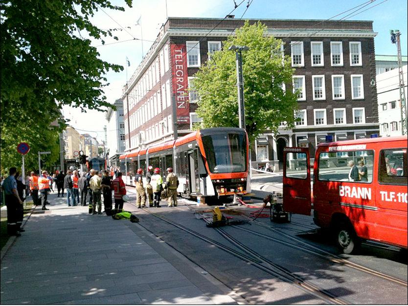 BYBANEKRASJ: To uker før Bergens nye trikkelinjer skulle settes i drift, krasjet to av vognene. Foto: Harald Vikøyr