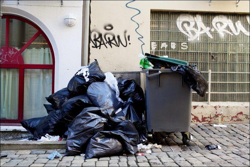 SØPPEL: Streiken fører til overfylte søplekasser. Dette kan det nå bli slutt på. Foto: Paul S. Amundsen/ VG