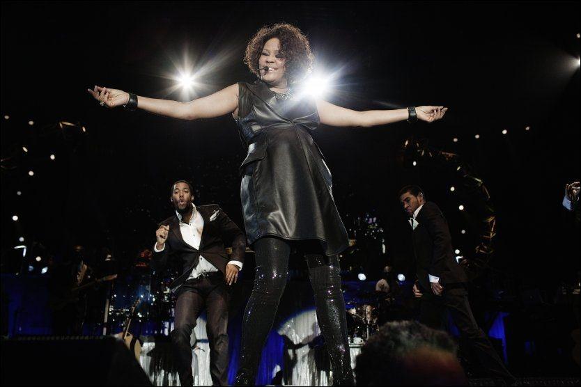 STJERNESMELL: Whitney Houston (46) får middelmådig kritikk, men Stavanger-publikum tok imot det det sangeren hadde å by på. Foto: Trond Sørås