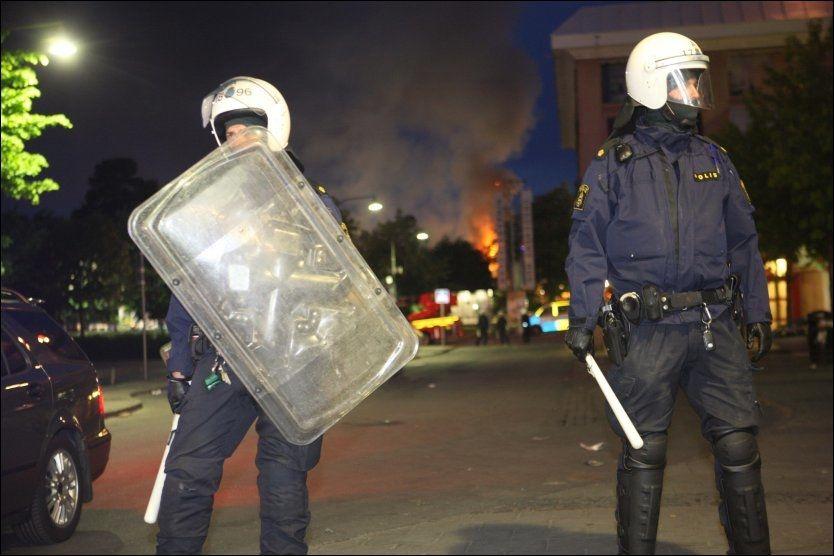 TIL AKSJON: Politiet utrustet seg med køller og skjold for å stoppe opptøyene. Foto: Scanpix