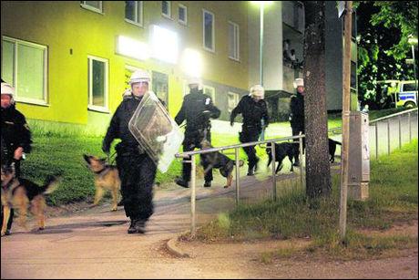 BRÅK: Mellom femti og hundre ungdommer deltok i opptøyer i Rinkeby utenfor Stockholm. Foto: Jonas Bilberg/Aftonbladet