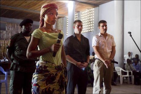 KONGO: Enken til den drepte sjaføren, Olendjeke Bibiche, i retten i Kisangani. Tjostolv Moland og Joshua French i bakgrunnen. Foto: Scanpix