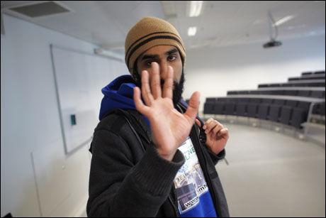 AVVIST: Fredag 7. mai på Høgskolen i Oslo ble VG avvist av Islam Nets leder Fahad Qureshi. Han vil ikke la seg intervjue, fordi han ikke ønsker omtale av konvertittskolen foreningen driver for nye muslimer. Foto: Tore Kristiansen