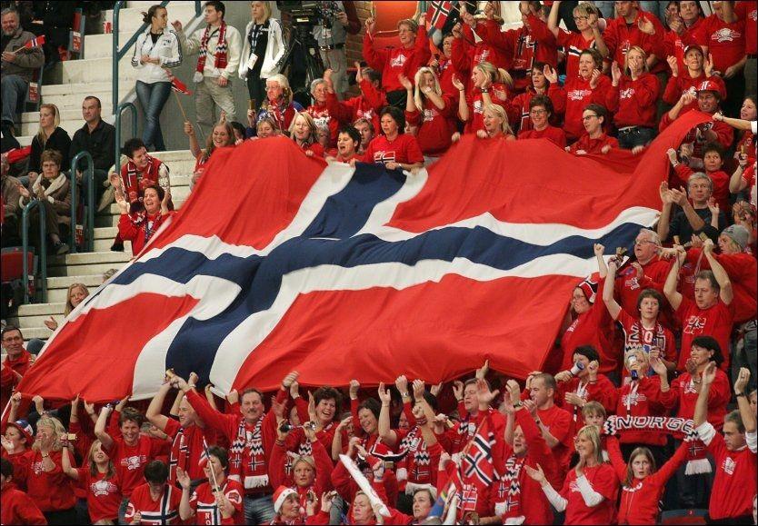 DOM TRUER FLAGGET: Norske tilskuerne jubler med det norske flagget etter seieren i håndball-EM for kvinner i 2006. Foto: Scanpix