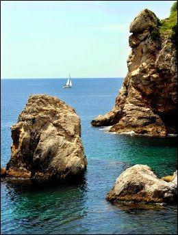 SJØ OG LAND: Utsikt fra Dubrovnik by. Foto: BJØRN THUNÆS