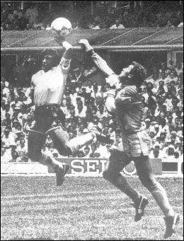 HAND OF GOD: Her scorer Diego Maradona det berømte målet med hånden mot England og keeper Peter Shilton i 1986. - Guds hånd scoret, sa Maradona etterpå. Foto: NTB/Scanpix