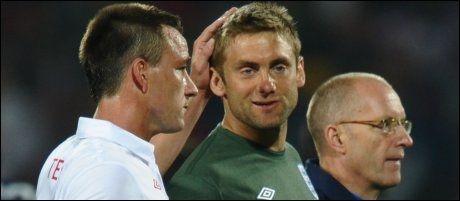 FIKK TRØST: John Terry ga Robert Green et klapp på hodet etter 1-1-kampen. Foto: Scanpix