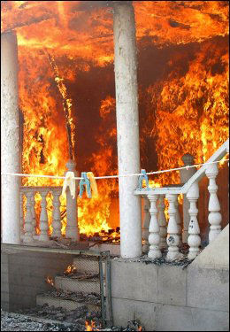 FLAMMER: Mange bygninger i flere byer i sør i Kirgisistan er brent ned. Foto: AP