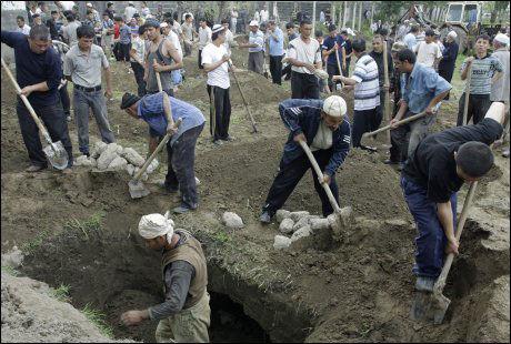 GRAVER: Menn graver graver for de døde. Foto: EPA