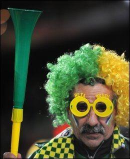 IVRIG: Supportere fra alle land har kjøpt seg vuvuzela i Sør-Afrika. Foto: AFP