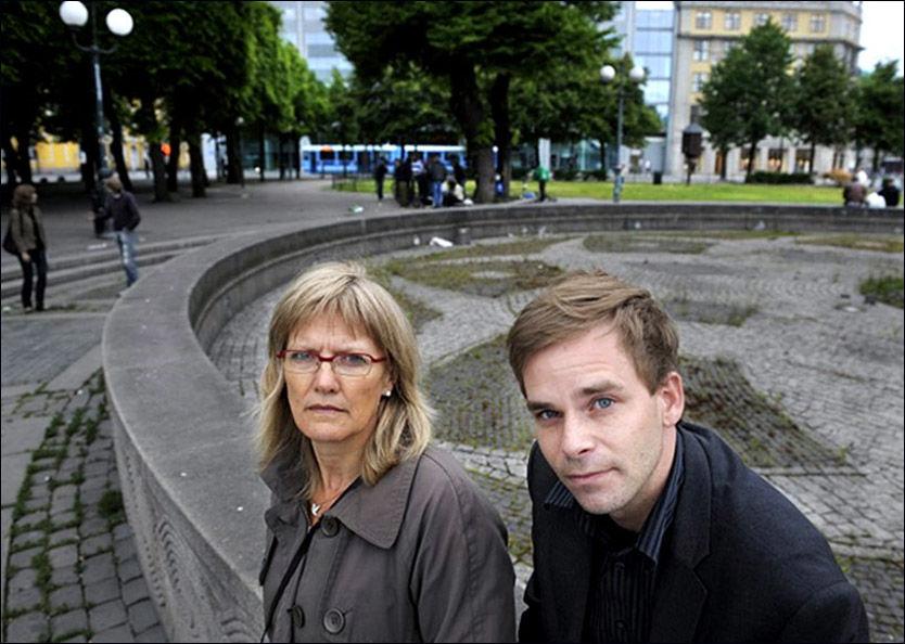 AVVISER FENGSEL FOR RUSMISBRUKERE: Karin Andersen (SV) og Thor Erik Forsberg (Ap) møtte noen av Oslos tyngste rusmisbrukere på «Plata» utenfor Oslo Sentralstasjon i går kveld. Foto: HELGE MIKALSEN Foto: