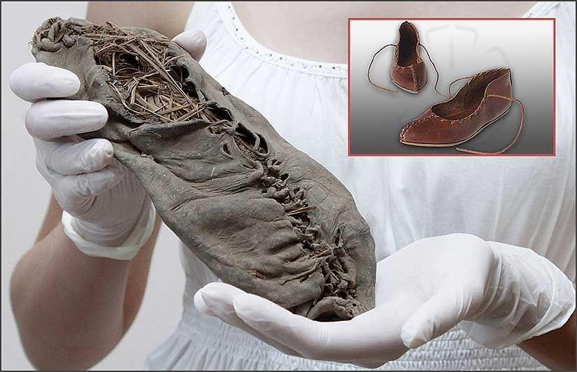 OLD SHOE: En armensk kvinne holder det som skal være verdens eldste funn av en hel sko. Innfelt: Denne skoen får du kjøpt på nettet i dag. Ikke helt ulik? Foto: AFP/Davit Hakobyan, Gelderse Roos