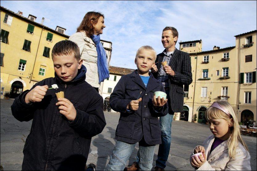 PÅ PIAZZAEN: Italiensk is hører med i hverdagen for denne norske familien som bor i Lucca. Fra venstre Ludvig (11), Cecilie (41), Oscar (8), Knut Roar (44) og Martine Ulseth (8). Her er de på Piazza Anfiteatro inne i byen. Foto: KARIN BEATE NØSTERUD.