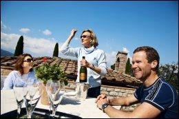 PÅ VINGÅRD: Franske Catherine Pirmez driver vingården Montechiari med sin italienske mann Moreno Panattoni. Hun serverer hun champagne til Cecilie og Knut Roar Ulseth. Foto: KARIN BEATE NØSTERUD.