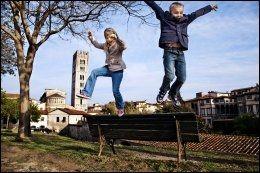 LEKER PÅ BYMUREN: Lucca er omgitt av en bred og vakker bymur som brukes som en park. Tvillingene Martine (8) og Ludvig (8) Ulseth finner lekeapparater over alt. - Italienerne synes barna våre er viltre, forteller pappa Knut Roar Ulseth. Foto: KARIN BEATE NØSTERUD.