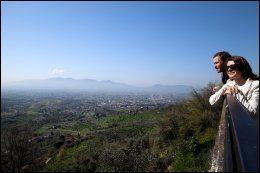 FRA NESODDEN TIL TOSCANA: Cecilie W. Ulseth og Knut Roar Ulseth sa opp jobbene sine og satset på nytt levebrød i Toscana. Her nyter de utsikten i høyden utenfor Lucca. Foto: KARIN BEATE NØSTERUD.