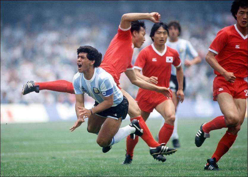 GRISETAKLET: Her sendes Maradona brutalt i bakken av Sør-Koreas Jung Moo Huh under VM i 1986. Foto: Getty Images
