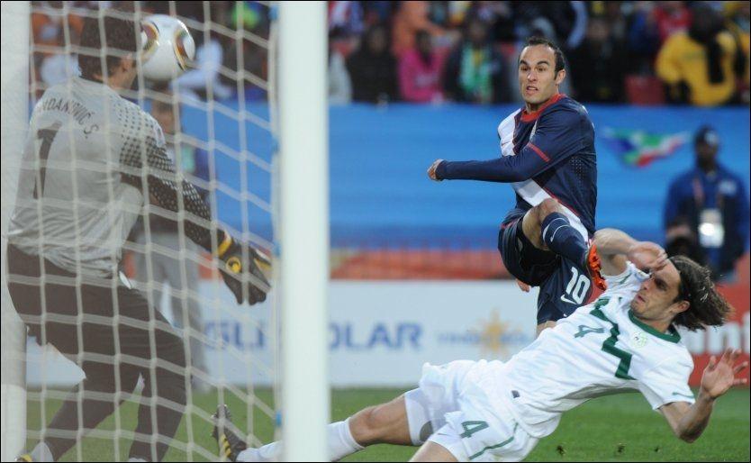 REDUSERTE: Landon Donovan banker her inn 2-1-målet som fikk USA inn i kampen mot Slovenia. Foto: AFP