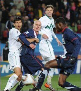 MÅL ELLER IKKE? Maurice Edu setter her ballen i mål, men scoringen ble aldri godkjent. Foto: AFP