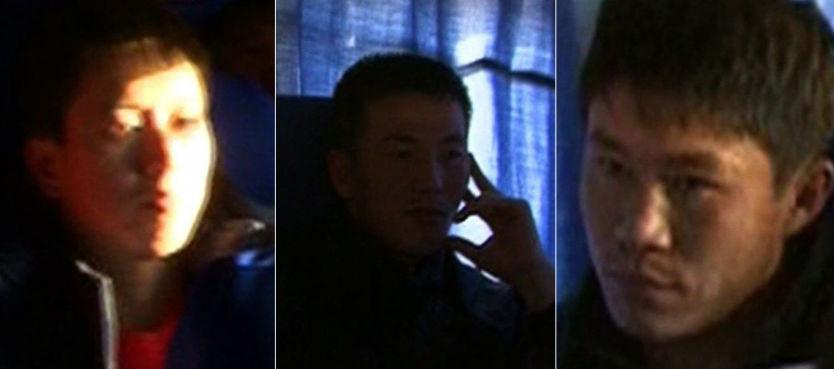 TILBAKE I RAMPELYSET: Tre av spillerne som ble meldt savnet, ble filmet av AP i går kveld. I dag dukket alle tre, samt den fjerde, opp på treningsfeltet til Nord-Korea. Foto: AP