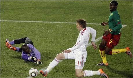 1-1: Nicklas Bendtner strekker frem foten og setter inn 1-1 forbi keeper Souleymanou Hamidou. Sébastien Bassong kan ikke forhindre utligning. Foto: AP