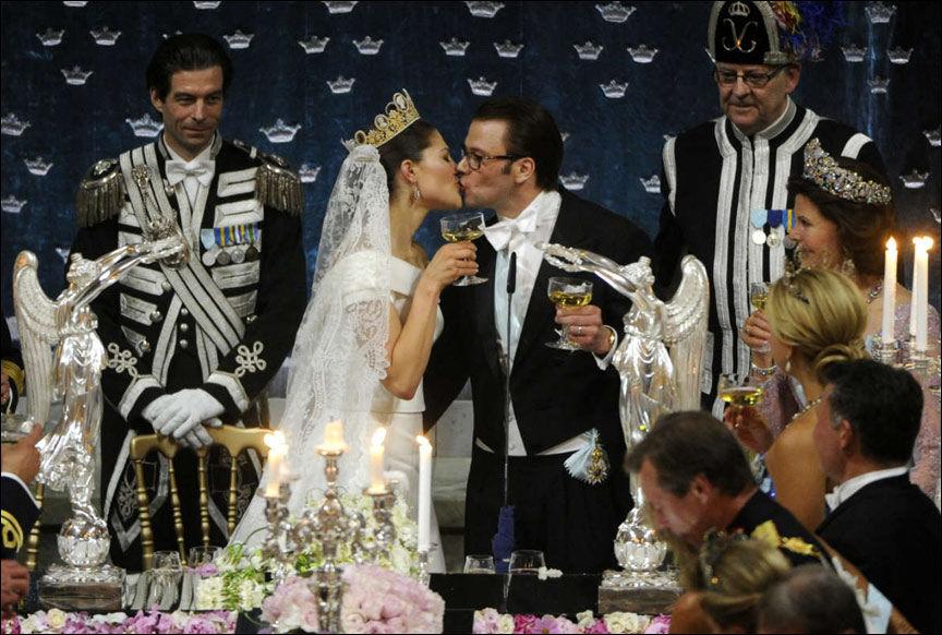 KYSSET: Et tydelig forelsket brudepar etter brudgommens tale. Foto: Scanpix Sweden
