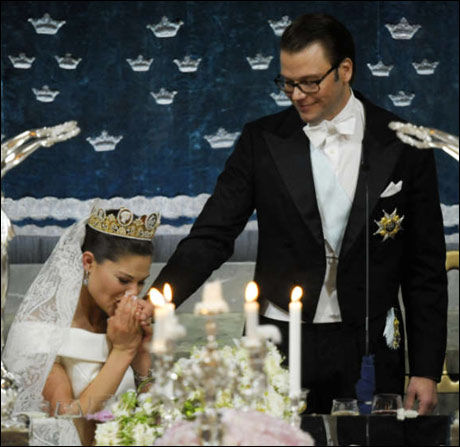 RØRT: Kronprinsesse Victoria ble svært rørt under ektemann prins Daniels tale under bryllupsmiddagen. Foto: Scanpix