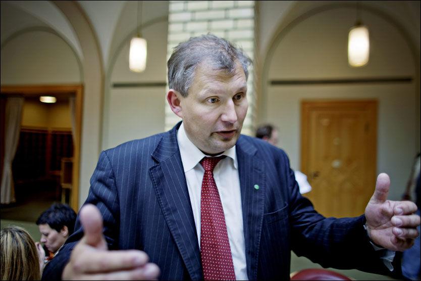 FORSVARTE SEG: Olje- og energiminister Terje Riis Johansen (Sp) måtte forsvare seg både i og utenfor stortingssalen i går. Foto: Krister Sørbø