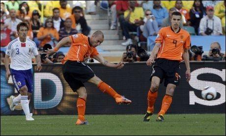 MÅL! Wesley Sneijder skyter og scorer fra cirka 20 meter; et mål som avgjorde kampen mot Japan til 1-0-seier for Nederland. Foto: AP