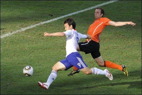 NESTEN: Shinji Okazaki fikk en kjempesjanse til å utligne til 1-1 like før slutt, men satte skuddet over mål. Foto: AFP