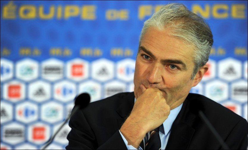 TREKKER SEG: Teamsjef Jean-Louis Valentin sier han har trukket seg fra jobben fordi han skammer seg over det franske landslaget. Foto: AFP