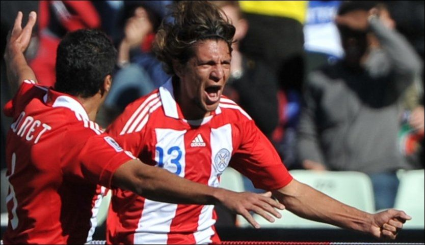 0-1: Enrique Vera jubler over sin scoring mot Slovakia, sammen med Carlos Bonet. Foto: AFP