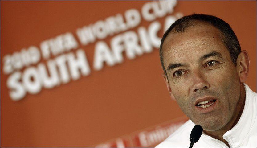 BLIR: Paul Le Guen vil ikke trekke seg fra Kamerun-jobben. Foto: Reuters