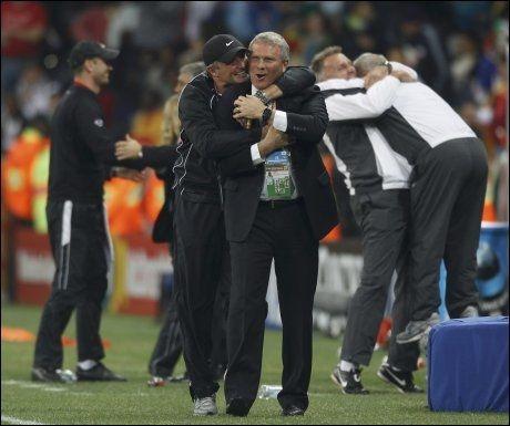 POENGKLEMMEN: Trener Ricki Herbert får en skikkelig klem etter uavgjort mot Italia. Også i bakgrunnen skimtes glade newzealendere. Foto: Reuters