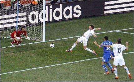 HER SJOKKERER HAN HELE VERDEN: Shane Smeltz setter inn 1-0 for New Zealand, mot selveste Italia, i et fotball-VM! Foto: Reuters