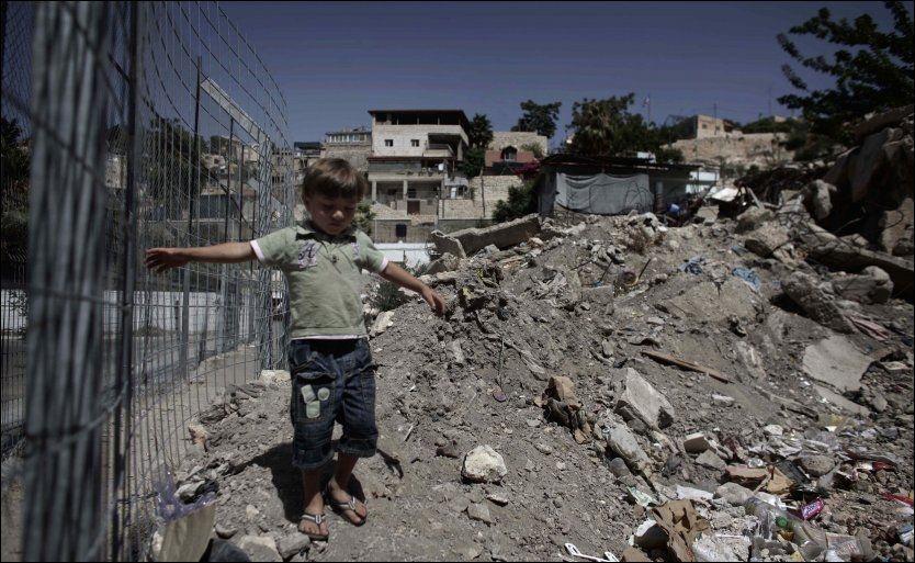 BYGGEPLANER: En liten gutt går omkring i Øst-Jerusalems Silwan-bydel. Det er her ordfører Nir Barkat har planer om å bygge et israelsk tursistsenter på bekostning av 22 palestinske hus. Foto: AP