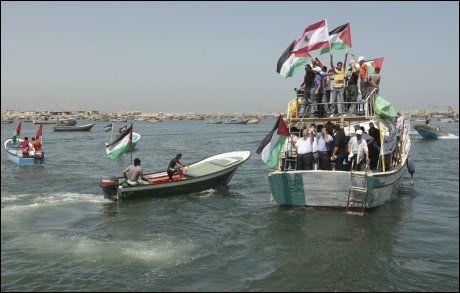 MOTTAKELSE: Palestinske båter kjører i Gaza havn for å planlegge mottakelsen av den libanesiske nødhjelpskonvoien. Foto: Reuters