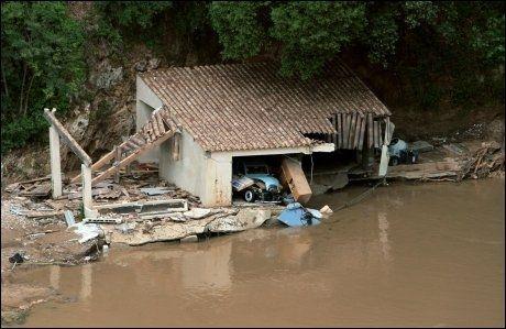 ØDELAGT: Flere bygninger ble totalskadet i flommen i det sørlige Frankrike. Foto: Afp
