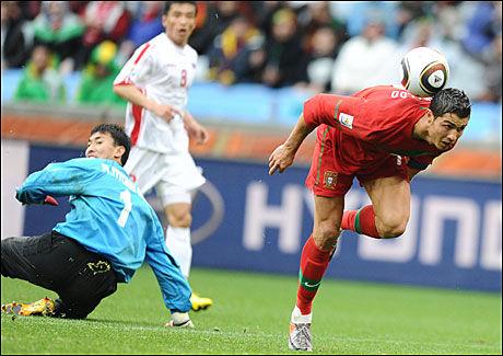 ENDELIG: Ronaldo hadde ikke scoret på landslaget siden februar 2009, men her drar han på spektakulært vis med seg ballen forbi Nord-Koreas keeper og finner nettmaskene sekundet senere. Foto: AFP
