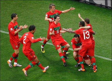 MÅLFEST: Etter 0-0 i første kampen kom den berømte ketsjup-effekten for Portugal da de knuste Nord-Korea 7-0. Her feirer spillerne Hugo Almeidas 3-0-scoring. Foto: REUTERS